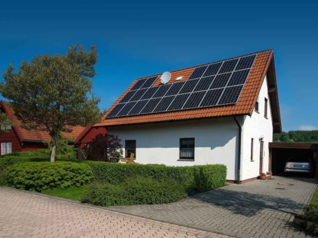 Haus mit Photovotaikanlage auf dem Dach