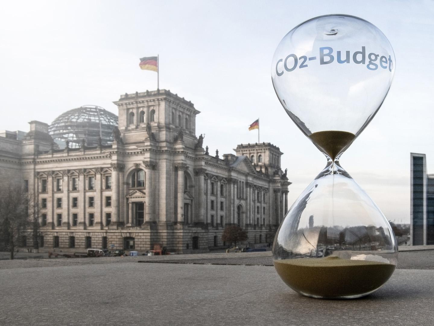 Eine Sanduhr verdeutlicht das verrinnende CO2-Budget