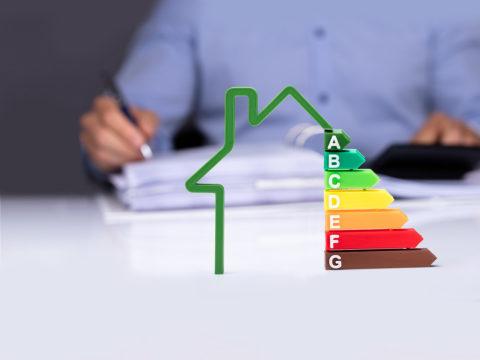 Grafik EWärmeG: Haus mit Energieeffizienzrate für Heizungssanierung