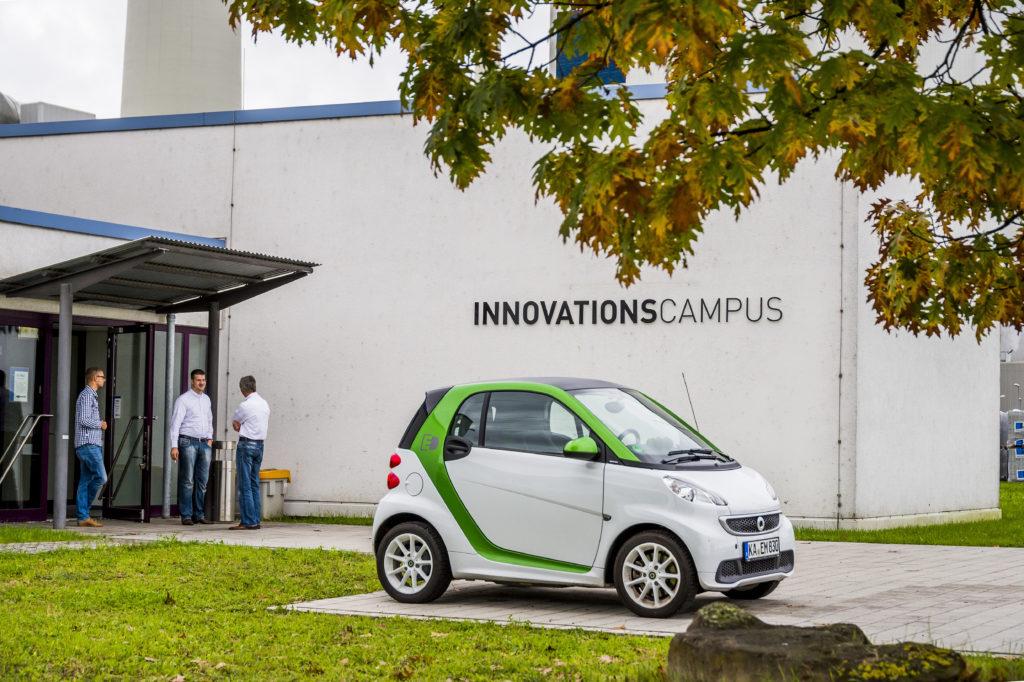 Innovations-Campus der EnBW in Karlsruhe mit einem Smart Elektro-Auto im Vordergrund. Liefern neue Geschäftsmodell