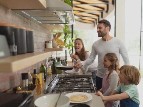 Kochen mit Gas zusammen mit der Familie