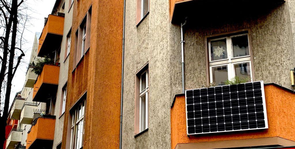 PV-Anlage an einem Balkon in Berlin-Neukölnn