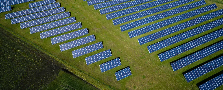 Luftbild Photovoltaik auf Freifläche