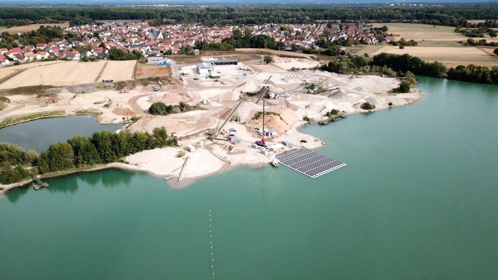 Schwimmende Photovoltaik-Anlage auf dem Baggersee eines Kieswerks in Leimersheim