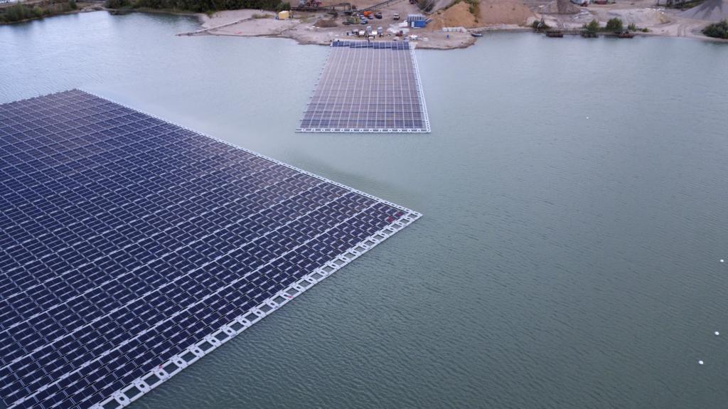 schwimmende Photovoltaik-Anlage auf dem Baggersee eines Kieswerks in Leimersheim.