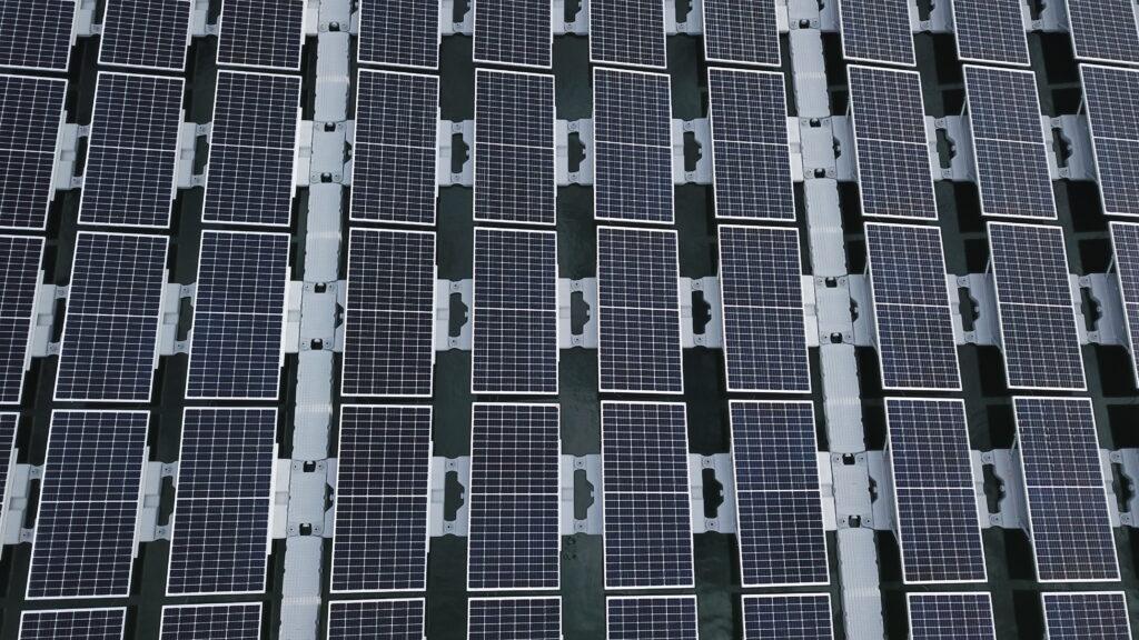 Solarmodule einer Schwimmenden Photovoltaik-Anlage auf dem Baggersee eines Kieswerks in Leimersheim.