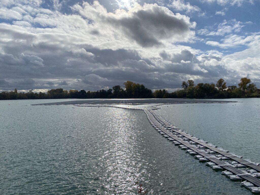 Verkabelung schwimmende Photovoltaik-Anlage auf dem Baggersee eines Kieswerks in Leimersheim.
