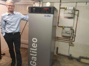 Andreas Faulhaber neben seiner Brennstoffzellenheizung